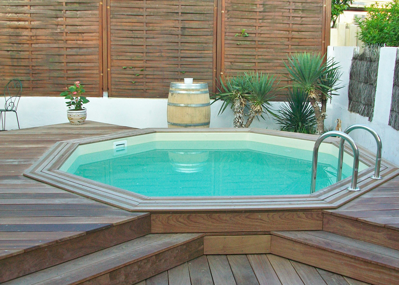 Terrasse avec piscine en bois images for Piscine semi enterree bois hexagonale